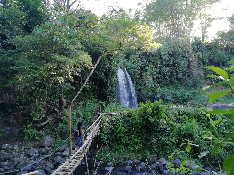 Jembatan bambu untuk menyebrang... ngeri ngeri sedap
