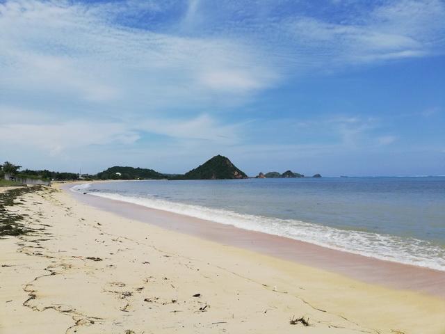 pantai-kuta-mandalika-bukit marese Destinasi Wisata Yang Menarik Untuk dikunjungi Setelah Pandemi Covid-19 Berakhir