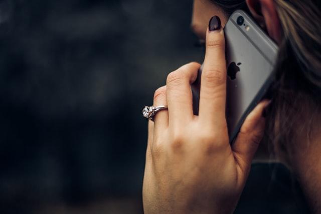 cara ungkapkan cinta pada pasangan dengan telephone